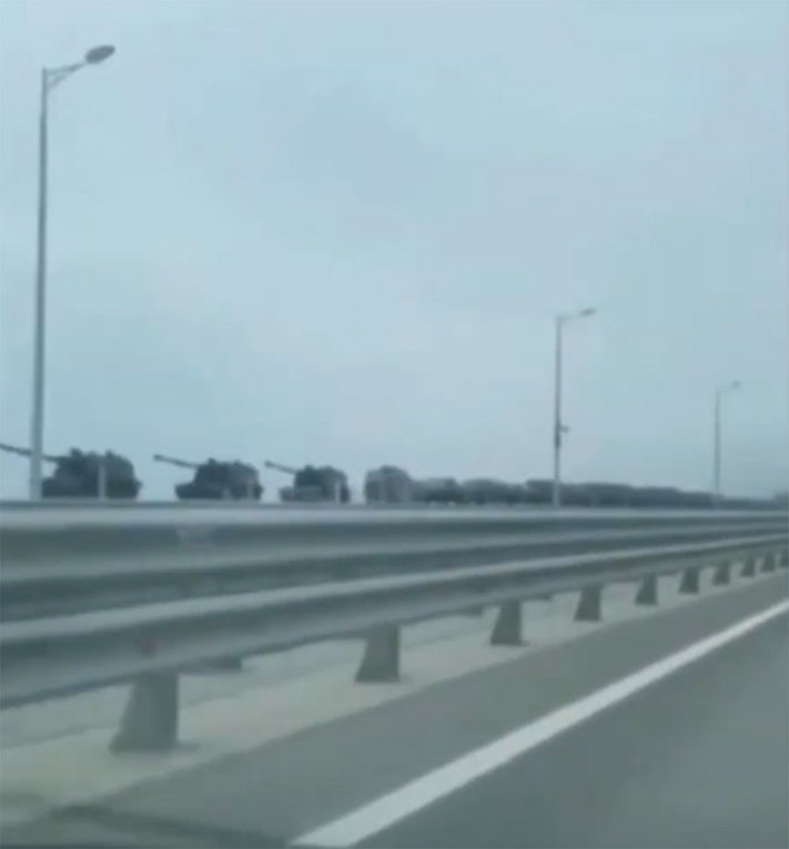 Russia moves tanks to the border