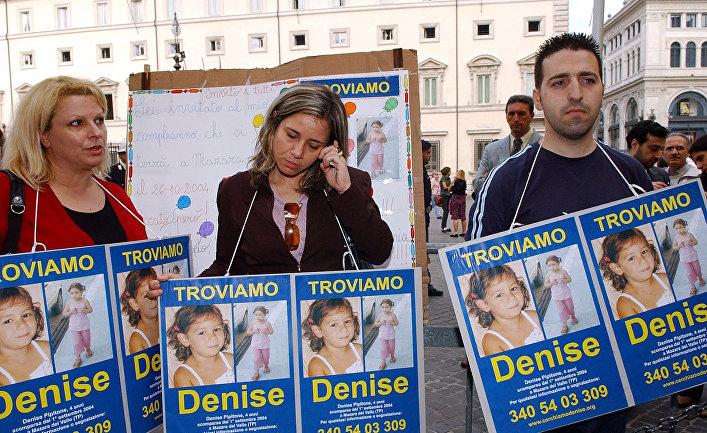 Мать пропавшей Дениз Пипитоне Пьера Маджо с фотографиями дочери, Рим, Италия