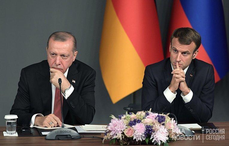 Президент Турции Реджеп Тайип Эрдоган (слева) и президент Франции Эммануэль Макрон