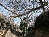 Солдат Донецкой Народной Республики на линии разграничения между ДНР и Украиной