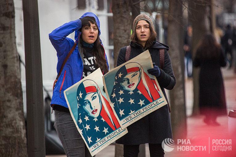 Мусульманки — участницы акции протеста против избрания Дональда Трампа президентом США, которая проходит в Вашингтоне в день его инаугурации