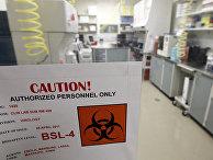 Табличка на двери лаборатории военно-медицинского научно-исследовательского института инфекционных заболеваний армии США