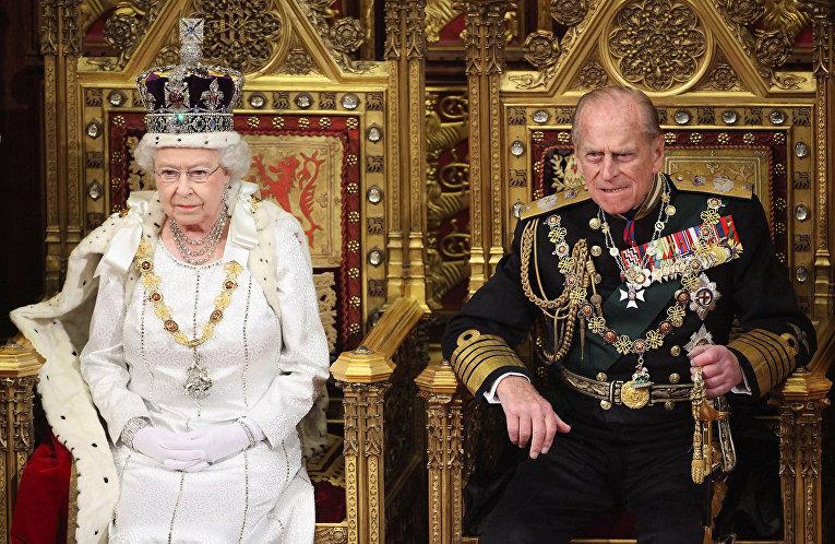 Королева Великобритании Елизавета и принц Филипп в Палате лордов в Лондоне