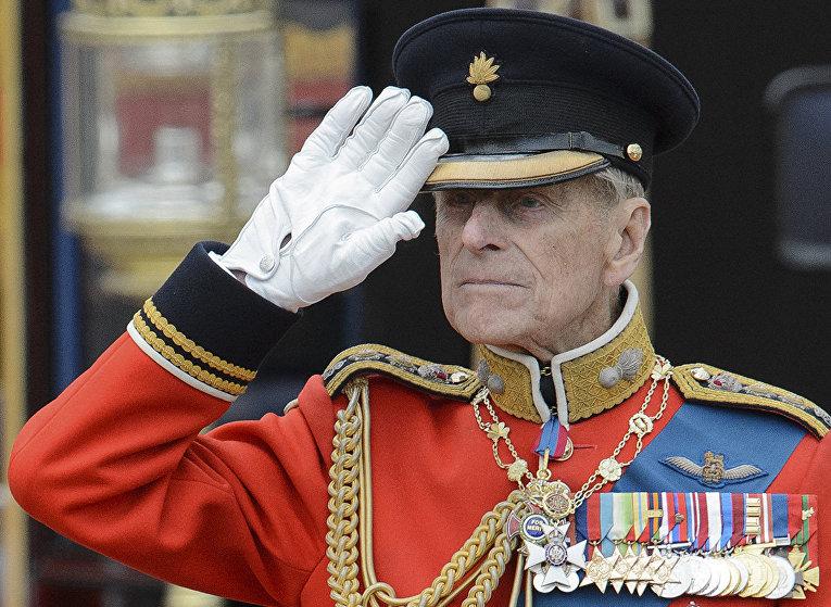 Принц Филипп отдает честь на параде конной гвардии в Лондоне