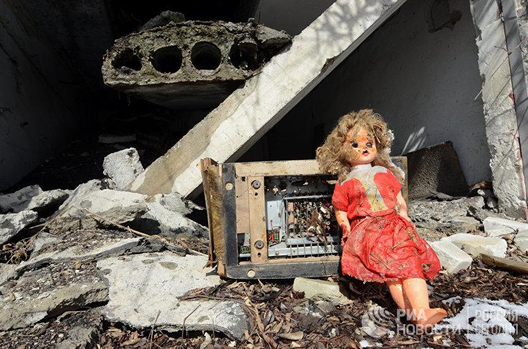 Детская игрушка в разбитом гараже вблизи донецкого аэропорта