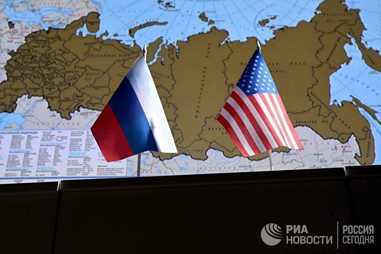 Государственные флаги России и США