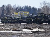 Танки Т-80 во время тактических учений Кантемировской танковой дивизии в Подмосковье