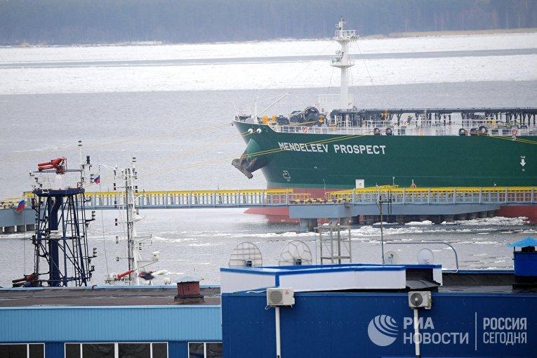 Танкер «Проспект Менделеева» вФинском заливе, морской торговый порт Приморска