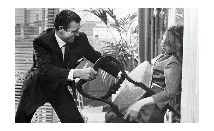 Шон Коннери в роли Джеймса Бонда и Лотте Ленья в роли Розы Клебб в фильме «Из России с любовью»