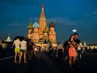 Горожане и туристы на Красной площади в Москве