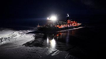 Вид свертолета наатомный ледокол «50лет Победы», движущийся кСеверному полюсу