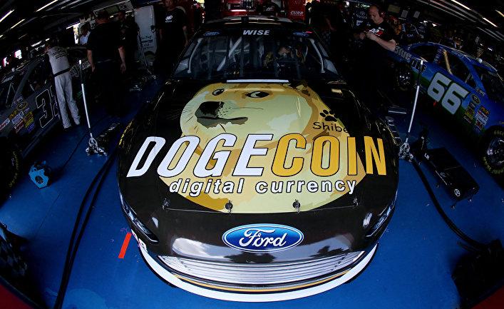 Гоночный автомобиль Ford Джоша Уайза с логотипом криптовалюты догикойн, Алабама, США