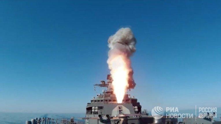 """Пуск крылатой ракеты """"Калибр"""" с фрегата """"Маршал Шапошников"""" из акватории Японского моря"""