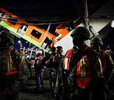 Спасатели работают на месте обрушения метромоста в Мехико, Мексика
