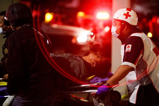 Спасатели и медицинский персонал эвакуируют пострадавших во время обрушения метромоста в Мехико, Мексика