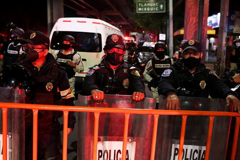 Полиция оцепила место аварии на станции Оливос в Мехико, где частично обрушился метромост