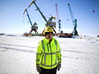 Рабочий в Дудинке, морском порту федерального значения на трассе Северного морского пути