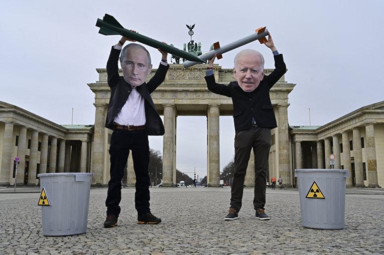 Немецкие активисты в масках, изображающих Путина и Байдена, протестуют против ядерного оружия, Берлин, Германия