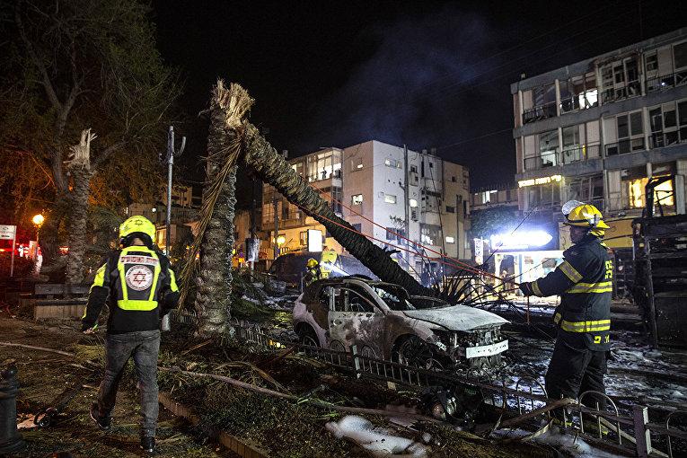 Экстренные службы работают на месте взрыва рекеты, выпущенной с территории сектора Газы по израильскому городу Холон, недалеко от Тель-Авива