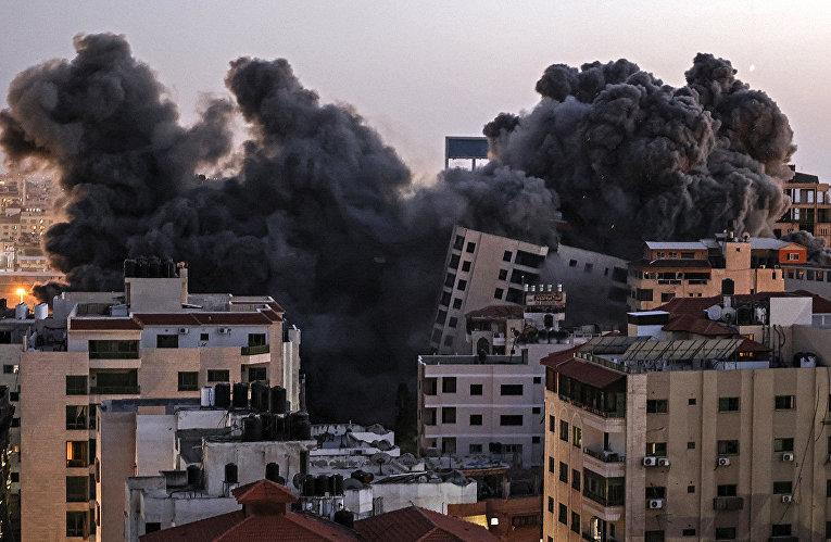 Дым от израильского авиаудара по комплексу Ханади в городе Газа