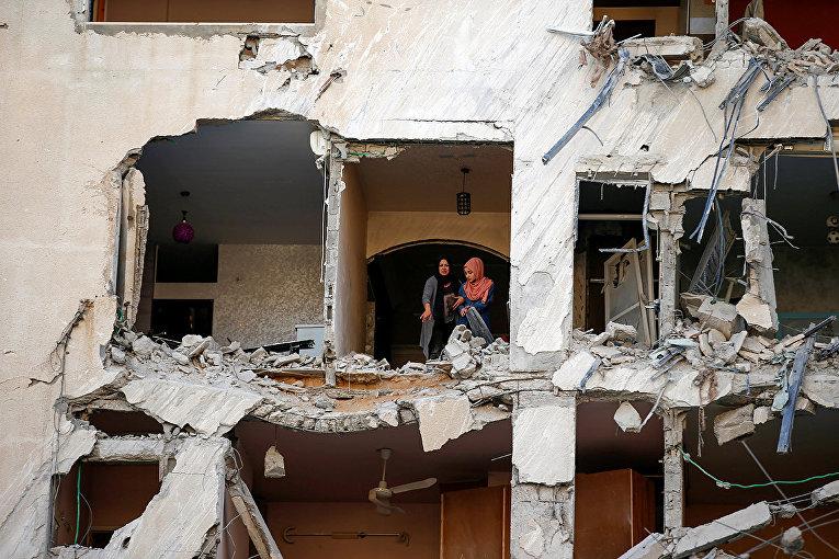 Здание, поврежденное в результате израильского авиаудара в городе Газа.