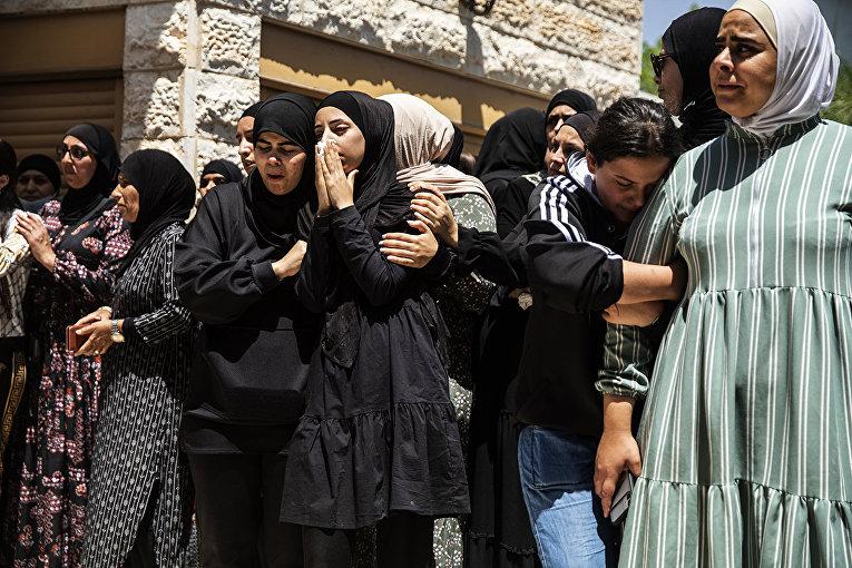 Скорбящие на похоронах израильского араба Халила Аваада и его дочери Надин в деревне Дахмаш, Израиль