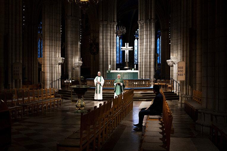 Архиепископ Швеции Анте Якелен служит мессу в Уппсальском кафедральном соборе во время пандемии коронавируса