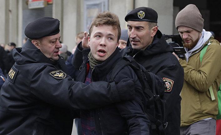 Белорусская полиция задерживает журналиста Романа Пратасевича в Минске