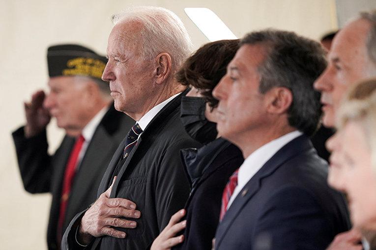 Президент США Джо Байден во время поминальной службы