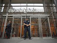 """Полицейский у здания """"Нью-Йорк Таймс"""" в Нью-Йорке"""