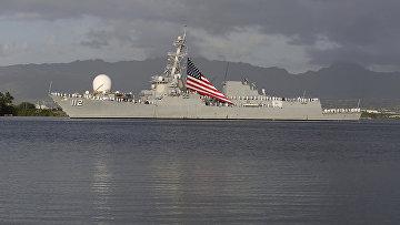 Моряки ВМС США стоят на палубе корабля в Перл-Харбор, Гавайи