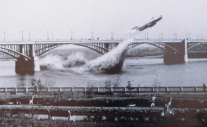 Японские СМИ о полете МИГ-17 под Октябрьским мостом в Новосибирске