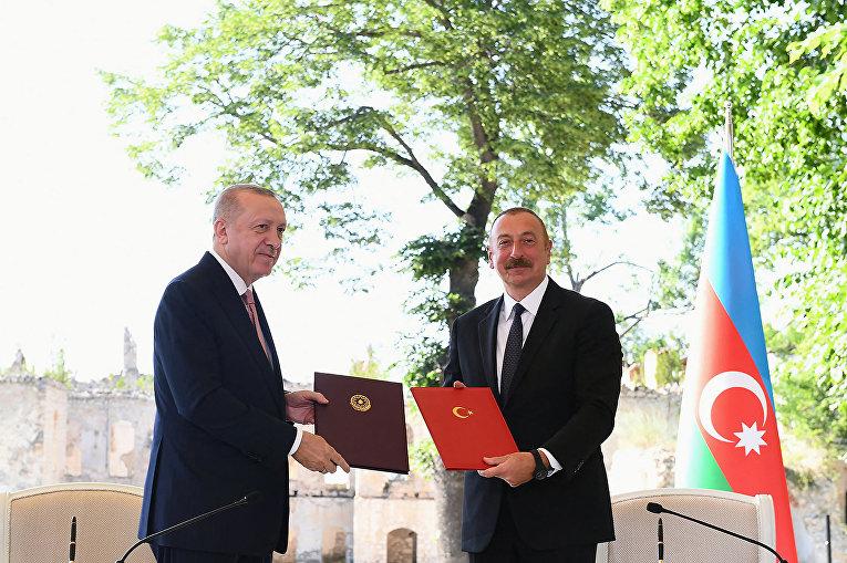 Президент Турции Тайип Эрдоган и президент Азербайджана Ильхам Алиев во время церемонии в Шуше