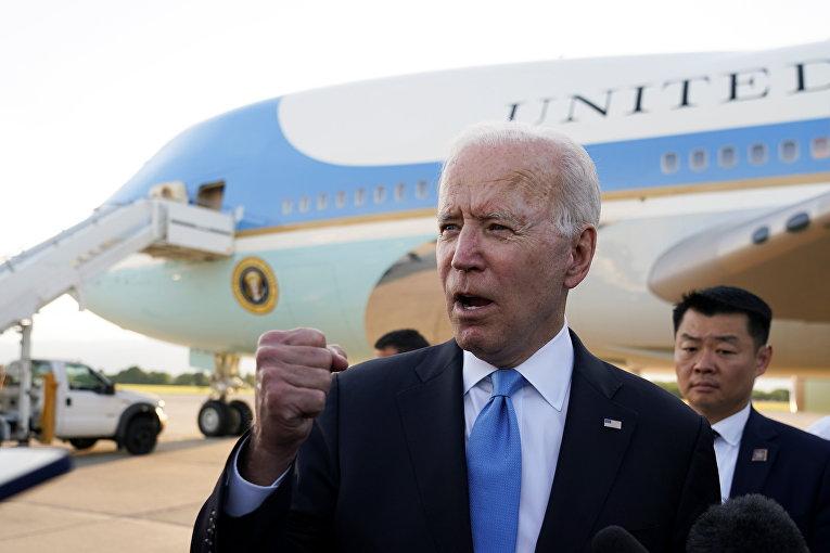 Президент США Джо Байден отвечает на вопросы журналистов в аэропорту Женевы, Швейцария