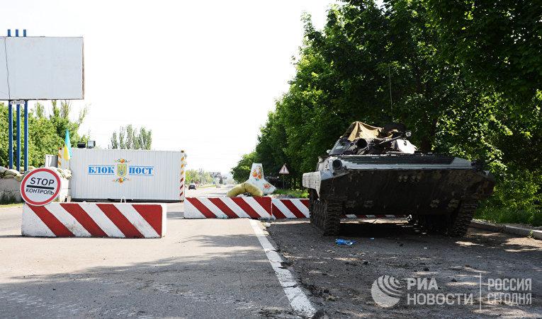 Боевая машина пехоты (БМП) на блок-посту на въезде в Мариуполь