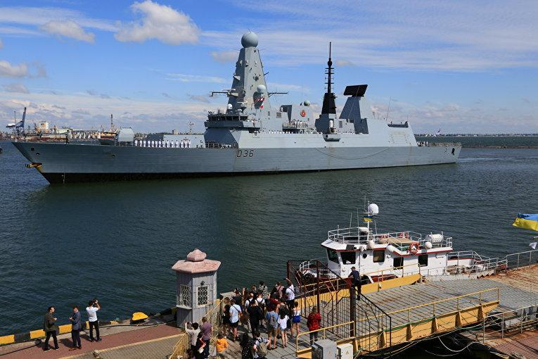 Британский эсминец Defender прибывает в порт Одессы, Украина
