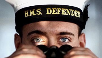 Матрос с британского эскадренного миноносца «Дефендер»