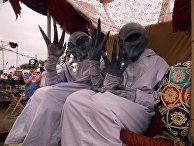 Участники фестиваля в костюмах пришельцев в Розуэлле