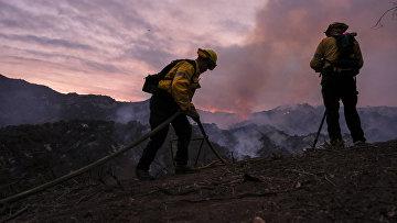 Тушение лесного пожара недалеко от Лос-Анжелеса, Калифорния