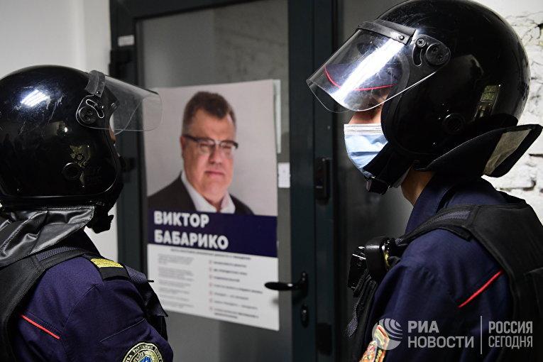 Сотрудники милиции у входа в штаб Виктора Бабарико
