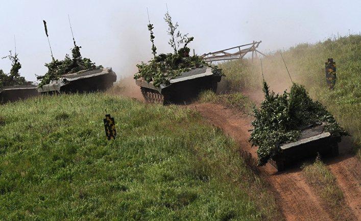 Военные учения по преодолению водных преград в Приморском крае