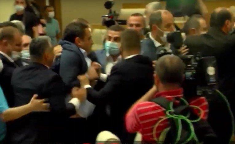 В парламенте Грузии произошла массовая драка