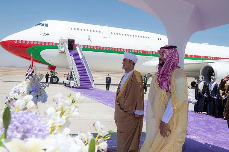 Наследный принц Саудовской Аравии Мухаммед бен Салман и султана Омана Хайтам бен Тарик в аэропорту Неома, Саудовская Аравия