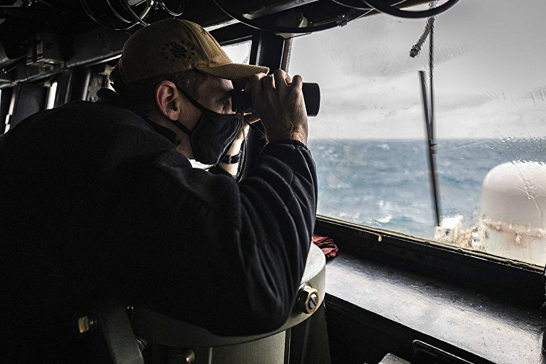 Матрос на американском эсминце USS John S. McCain в Тайваньском проливе