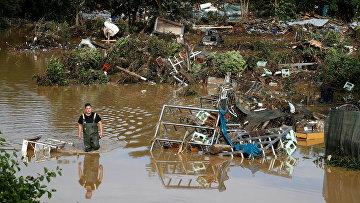 Мужчина в разрушенном наводнением Бад Нойенар-Арвайлере, Германия