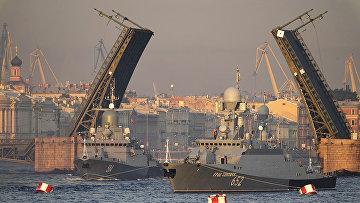 Военный корабль во время репетиции военно-морского парада в Санкт-Петербурге
