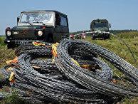 Катушки колючей проволоки на границе с Беларусью в Друскининкае, Литва