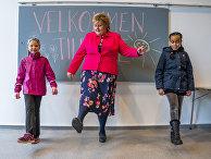 Премьер-министр Норвегии Эрна Сульберг общается с детьми мигрантов в одной из школ Осло