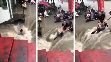 Наводнение в Китае: женщина спасена из затопленного метро