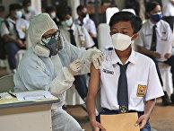 Вакцинация препаратом Sinovac во время кампании по вакцинации детей в возрасте 12-17 в школе в Тангеранге, Индонезия